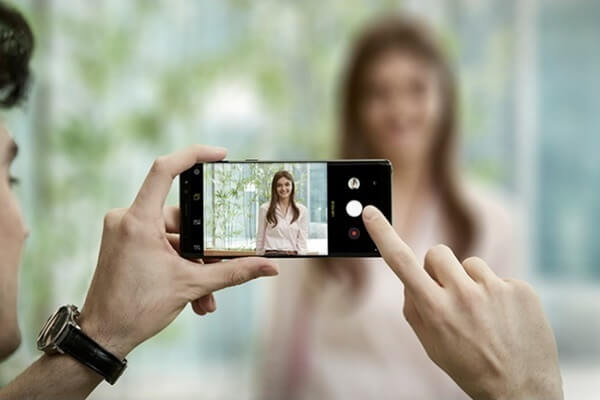 Nhấn đúp vào nút nguồn (Power) làcó thể khởi động nhanh camera Galaxy Note 9